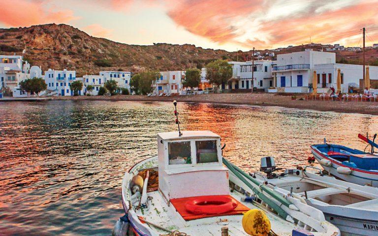 Στο λιμάνι της Ψάθης το σούρουπο. (Φωτογραφία:ΧΡΙΣΤΙΝΑ ΓΕΩΡΓΙΑΔΟΥ)