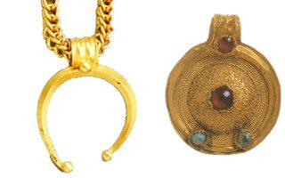 Χρυσά περίαπτα, ελληνιστικής εποχής, με ένθετους πολύτιμους λίθους από το ιερό της Δήλου.