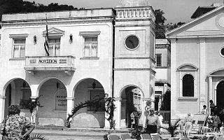 Σε κενοτάφιο στη Ζάκυνθο φυλάσσονται τα οστά του Ανδρέα Κάλβου. Σε αυτό το νησί κυρίως άνθησε η ποίηση, από τα μέσα του 18ου έως τις δύο πρώτες δεκαετίες του 19ου αιώνα.