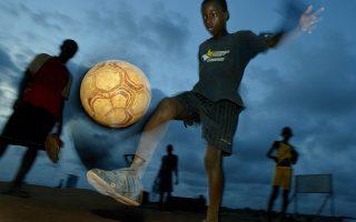 Νεαρός Γκανέζος σε αφρικανική αλάνα. Ο Μπούμπα, κεντρικός χαρακτήρας του διηγήματος του Ρομπέρτο Μπολάνιο από τη συλλογή «Πουτάνες φόνισσες», είναι ένας Αφρικανός ποδοσφαιριστής που παίρνει μεταγραφή για την Μπαρτσελόνα.