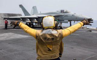 Μαχητικό F18E Super Hornet απονηώνεται από το αεροπλανοφόρο «Χάρι Τρούμαν» στη Μεσόγειο, συμμετέχοντας στις αεροπορικές επιχειρήσεις που εξαπολύθηκαν κατά του ISIS την Παρασκευή το απόγευμα. Είναι η πρώτη φορά που αμερικανικό αεροπλανοφόρο πραγματοποιεί επιθέσεις από τη Μεσόγειο εδώ και 13 χρόνια, από το 2003, οπότε ξεκίνησε ο πόλεμος στο Ιράκ.