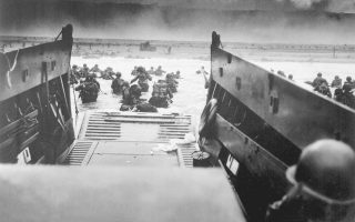 Ξημέρωμα της 6ης Ιουνίου 1944. Αμερικανικά στρατεύματα εξορμούν στην ακτή Ομαχα της Νορμανδίας. Το «πρώτο κύμα» έχει ήδη αποβιβαστεί – και αποδεκατιστεί.
