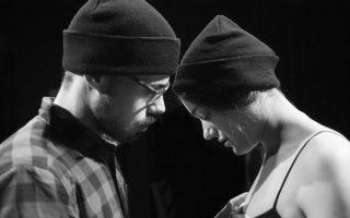 Στιγμιότυπο από την παράσταση «Ποιο σώμα», σε σκηνοθεσία Μενέλαου Καραντζά.