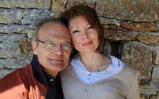 Στιγμές οικογενειακής θαλπωρής: στη φωτογραφία, ο δημοσιογράφος Αλέξανδρος Βέλιος με τη σύζυγό του Νάντια.