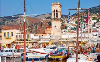 Βάρκες και καΐκια μοιράζονται το λιμάνι με ιστιοπλοϊκά και γιοτ απ' όλο τον κόσμο. (Φωτογραφία: ΚΑΤΕΡΙΝΑ ΚΑΜΠΙΤΗ)