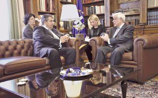 Πλησίασαν πολύ οι απόψεις, όσον και οι θέσεις του Προέδρου της Δημοκρατίας κ. Προκόπη Παυλόπουλου και του αντικαγκελαρίου και υπουργού Oικονομίας και Eνέργειας κ. Sigmar Gabriel στη χθεσινή τους συζήτηση, χθες, στα γερμανικά και στα ελληνικά, με τη διάλεκτο της ευρωπαϊκής ενότητας. (AΠE/Γιάννης Kολεσίδης, 30 Iουνίου 2016)