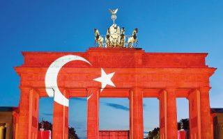 Τα χρώματα της τουρκικής σημαίας βάφουν την Πύλη του Βραδεμβούργου, ως ένδειξη αλληλεγγύης στα θύματα των επιθέσεων στο αεροδρόμιο της Κωνσταντινούπολης.