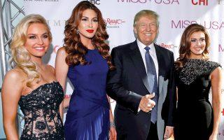 Ο εκκεντρικός εκατομμυριούχος Ντόναλντ Τραμπ φωτογραφίζεται με διαγωνιζόμενες καλλονές των καλλιστείων.