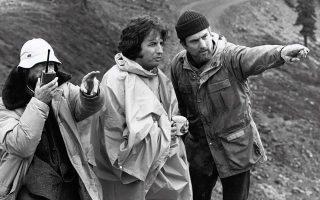 Ο Μάικλ Τσιμίνο  (στο κέντρο) με τον Ρόμπερτ ντε Νίρο (δεξιά) στα γυρίσματα του «Ελαφοκυνηγού».