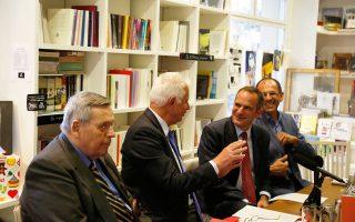 Στέφανος Μάνος, Παναγιώτης Πικραμμένος, Γιώργος Γεραπετρίτης συμμετείχαν χθες το βράδυ στην εκδήλωση της «Κ» με θέμα «Ενα Καινοτόμο Σύνταγμα για την Ελλάδα». Οι συμμετέχοντες τοποθετήθηκαν επί μεγάλου εύρους ζητημάτων και δέχθηκαν ερωτήσεις από ένα νομομαθές κοινό.