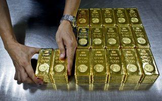 Οι επενδυτές στρέφονται στον χρυσό, καθώς εντείνεται η αβεβαιότητα και η διεθνής οικονομία επιβραδύνεται.