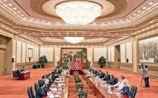 Στη συνάντηση του πρωθυπουργού Αλέξη Τσίπρα και της ελληνικής αντιπροσωπείας με τον Κινέζο ομόλογό του Λι Κετσιάνγκ και τους συνεργάτες του, η οποία πραγματοποιήθηκε στο Λαϊκό Κογκρέσο, στο Πεκίνο (φωτογραφία), επιβεβαιώθηκε η βούληση για την προώθηση και εμβάθυνση της στρατηγικής συνεργασίας προς όφελος και των δύο χωρών. Στο πλαίσιο της επίσκεψης υπεγράφησαν εννέα συμφωνίες –μεταξύ αυτών η επαναβεβαίωση της πώλησης του 67% του ΟΛΠ στην Cosco– αλλά και για τη συνεργασία μεταξύ της Κινεζικής Υπηρεσίας Προώθησης Επενδύσεων και του Enterprise Greece, καθώς και της Αναπτυξιακής Τράπεζας της Κίνας με την Τράπεζα της Ελλάδος.