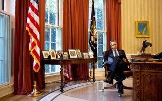 Ο Αμερικανός πρόεδρος Μπαράκ Ομπάμα το σούρουπο μελετά τις σημειώσεις του στο Οβάλ Γραφείο του Λευκού Οίκου. Αυτοαποκαλείται νυχτοπούλι και ανέκαθεν έδινε μεγάλη σημασία στις μοναχικές ώρες αφότου πέφτει το σκοτάδι. Σχεδόν κάθε νύχτα, μετά το δείπνο με τη σύζυγο και τις κόρες του, αποσύρεται στο ιδιωτικό του γραφείο στο τέλος του διαδρόμου από το υπνοδωμάτιό του, στον δεύτερο όροφο του Λευκού Οίκου. Εκεί περνά τέσσερις έως πέντε ώρες μόνος του: παρακολουθεί το αθλητικό δίκτυο ESPN, διαβάζει μυθιστορήματα ή παίζει σκραμπλ στο iPad. Σελ. 3