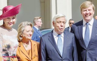 Xαμόγελα και αμοιβαία εγκαρδιότητα στη συνάντηση των βασιλέων της Oλλανδίας Willem-Alexander και Maxima με τον ΠτΔ κ. Παυλόπουλο και τη σύζυγό του... (Φωτογραφία Jerry Lampen).