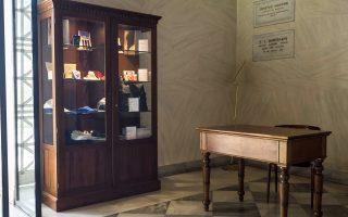 Μεταξύ των αναμνηστικών του Πανεπιστημίου Αθηνών είναι στυλό, μπλοκ σημειώσεων, κούπες, γραβάτες, καρφίτσες πέτου, φουλάρια, πάνινες σακούλες, μπλούζες και σακίδια πλάτης, ενώ θα προστεθούν και άλλα.
