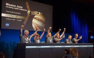 Ενθουσιασμένοι οι υπεύθυνοι της αποστολής Juno (Ηρα) της NASA. Το διαστημικό σκάφος χθες τέθηκε σε τροχιά γύρω από τον πλανήτη Δία, αρχίζοντας έτσι μία περιπέτεια είκοσι μηνών, η οποία, όπως ευελπιστούν οι ειδικοί, θα οδηγήσει στην αποκρυπτογράφηση των μυστηρίων του σύμπαντος και ιδιαίτερα στην προέλευση του μεγαλύτερου πλανήτη του ηλιακού μας συστήματος.