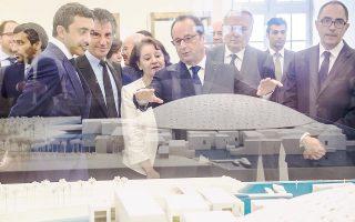 Ο πρόεδρος Φρανσουά Ολάντ με τους υπουργούς Εξωτερικών των Ηνωμένων Αραβικών Εμιράτων και της Γαλλίας, στο Λούβρο.