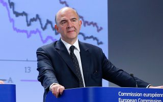 «Οι Βρυξέλλες πολύ σύντομα θα υιοθετήσουν τις αναγκαίες αποφάσεις» δήλωσε ο αρμόδιος επίτροπος Οικονομικών Υποθέσεων, Πιερ Μοσκοβισί.