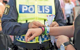 Με βραχιολάκια, που αναγράφουν «μην αγγίζετε», προσπάθησε η σουηδική αστυνομία να ευαισθητοποιήσει τους θεατές του μουσικού Φεστιβάλ Μπραβάλα.