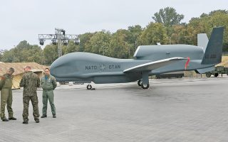 Στρατιώτες στέκονται μπροστά από μη επανδρωμένο αεροπλάνο του ΝΑΤΟ, κοντά στον χώρο που θα φιλοξενήσει τη σύνοδο κορυφής της Συμμαχίας, στην πολωνική πρωτεύουσα.