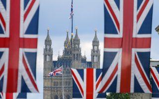 Οι τέσσερις μεγαλύτερες επενδυτικές τράπεζες των ΗΠΑ υποσχέθηκαν στον Βρετανό υπουργό Οικονομικών να στηρίξουν το Λονδίνο, ώστε να διατηρήσει την ηγετική θέση του ως παγκόσμιο χρηματοπιστωτικό κέντρο.