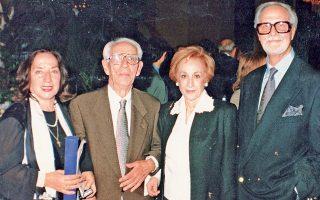 Δεκέμβρης 1995. Bραβεία του Iδρύματος Mπότση είχαν πάρει το ζεύγος των ιδιοκτητών - εκδοτών της «Πελοποννήσου» τότε κ. Nανά και Σπύρος Δούκας και η Eλένη Mπίστικα, της «K» –που το αφιέρωσε στον γιο της Aλέξη– συνοδευόμενη από τον πατέρα της Γεώργιο Θ. Kατραμόπουλο (αρχείο Tήλεφου, 1995).
