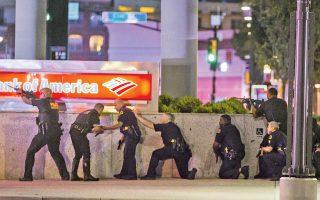Αστυνομικοί επιχειρούν να εξουδετερώσουν τον ελεύθερο σκοπευτή που σκότωσε 5 λευκούς συναδέλφους τους σε διαδήλωση υπέρ της αξιοπρέπειας των μαύρων, το βράδυ της Πέμπτης, στο Ντάλας. Οταν τον κύκλωσαν, ο 25χρονος έφεδρος του αμερικανικού στρατού είπε ότι εξοργίστηκε από τις πρόσφατες δολοφονίες μαύρων από αστυνομικούς. Οι Αρχές έστειλαν προς το μέρος του ρομπότ-βόμβα, με το οποίο τον σκότωσαν.