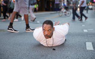 Ανδρας ξαπλωμένος στο έδαφος φωνάζει «Μη με πυροβολείτε» στους αστυνομικούς, στη διάρκεια της διαδήλωσης.