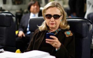 Η Χίλαρι Κλίντον ελέγχει την ηλεκτρονική της αλληλογραφία σε αυτή τη φωτογραφία αρχείου, που χρονολογείται στο 2011, όταν ήταν υπ. Εξωτερικών.