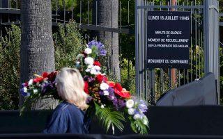 «Ενός λεπτού σιγή και ενός λεπτού περισυλλογή» η τελετή, χθες, στην Promenade Des Anglais στη Νίκαια, γράφει η πινακίδα στο Μνημείο της Εκατονταετηρίδας. Η Γαλλίδα με το λευκό κεφάλι κρατά στεφάνι για τα θύματα της 14ης Ιουλίου 2016, εκεί (φωτό Reuters - Pascal Rosignol 18/7/2016).