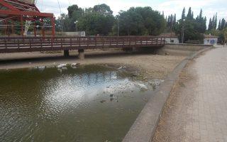 Μισοξεραμένες βρώμικες λίμνες, απότιστα δέντρα, ξερόχορτα παντού, σκουπίδια γύρω από κάθε κάδο. Το Πάρκο Τρίτση βρίσκεται σε τραγική κατάσταση, ως αποτέλεσμα της υποχρηματοδότησής του. Προ διημέρου «κόπηκε» και το ρεύμα, λόγω χρεών προς τη ΔΕΗ. Η πολιτεία δεν έχει ακόμη δρομολογήσει τη λύση.
