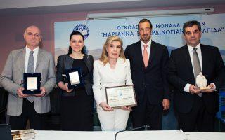 Τα «δώρα της αλληλεγγύης» έφεραν χαρά και συγκίνηση, εδώ η αναμνηστική φωτογραφία με την πρόεδρο του «Ελπίδα», κυρία Μαριάννα Β. Βαρδινογιάννη (στο κέντρο), στην οποία επεδόθη τιμητικό δίπλωμα για την ανακήρυξή της ως επιτίμου διδάκτορος από το Πανεπιστήμιο της Tιφλίδας. Από αριστερά, καθ. Ivane Chkhaidze και δρ Mariam Jashi με την τιμητική πλακέτα του Συλλόγου «Ελπίδα», ο διοικητής κ. Μανώλης Παπασάββας του Νοσοκομείου «Η Αγία Σοφία» και ο πρέσβης της Γεωργίας στην Ελλάδα κ. Ioseb Nanobashvili με το αγαλματίδιο της «Ελπίδας».