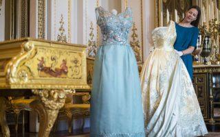 90 χρόνια στην μόδα. Η νέα καλοκαιρινή έκθεση του Buckingham έχει λάμψη, μόδα και ζωντανή ιστορία. Η επιμελήτρια της έκθεσης  Caroline de Guitaut διορθώνει ένα γαλάζιο και χρυσό φόρεμα, ένα από τα πολλά της έκθεσης «Fashioning a Reign: 90 Years of Style from The Queen's Wardrobe». Στην έκθεση θα μπορεί κανείς να δει μερικά από τα ομορφότερα φορέματα που έχει φορέσει η πάντα καλόγουστη και με αγάπη στα ζωηρά και χαρούμενα χρώματα, Βασίλισσα Ελισάβετ. Στην φωτογραφία το χρυσό με γαλάζιες λεπτομέρειες, φόρεμα φέρει την υπογραφή του Sir Norman Hartnell και φορέθηκε από την Βασίλισσα στην επίσημη επίσκεψη στην Ολλανδία το 1958, ενώ το γαλάζιο μεταξωτό φόρεμα της Hardy Aimes, φορέθηκε για την επίσημη φωτογράφιση το 1968 με τον φακό του Cecil Beaton. (Lauren Hurley/PA via AP)