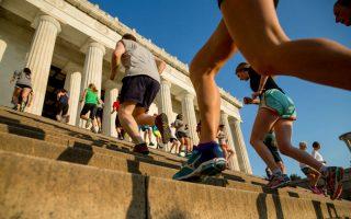 Η νέα τρέλα στο fitness. Το Lincoln Memorial ήταν πάντα ένα καλό μέρος για jogging, τώρα όμως ορδές μανιακών με την γυμναστική ανεβοκατεβαίνουν τα σκαλοπάτια του. To Lincoln Memorial στην Ουάσιγκτον είναι η βάση του γκρουπ «November Project», ενώ στο αμφιθέατρο του  Red Rocks στο Κολοράντο υπακούουν στις οδηγίες του Joe Hendricks, άπαντες όμως  ορκίζονται ότι τα  σκαλοπάτια θα τους κρατήσουν σε καλύτερη φυσική κατάσταση. AP Photo/Andrew Harnik