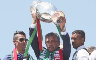 Ο Φερνάντο Σάντος με το τρόπαιο του πρωταθλητή Ευρώπης.