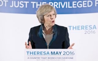 Η μέχρι χθες υπουργός Εσωτερικών Τερέζα Μέι διαδέχεται από αύριο στο πηδάλιο της Βρετανίας τον Ντέιβιντ Κάμερον, με τη δύσκολη αποστολή να οδηγήσει με ασφάλεια τη χώρα της εκτός Ε.Ε. Η επικράτηση της Μέι οριστικοποιήθηκε μετά την απροσδόκητη απόσυρση από την κούρσα διαδοχής της τελευταίας εναπομείνασας ανθυποψήφιάς της Αντρεα Λίντσομ. Αν και στη μάχη του δημοψηφίσματος η 59χρονη Μέι είχε ταχθεί υπέρ της παραμονής, στις πρώτες δηλώσεις μετά την οριστικοποίηση της νίκης της ξεκαθάρισε ότι «Brexit σημαίνει Brexit» και εξέφρασε την πεποίθηση ότι μπορεί να μετατραπεί σε επιτυχία για τη Βρετανία. Στη φωτογραφία, η Μέι χθες στο Μπέρμιγχαμ.