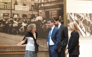 Ο κ. Μητσοτάκης κατά την επίσκεψή του στο Μουσείο του Ολοκαυτώματος Yad Vashem στην Ιερουσαλήμ.