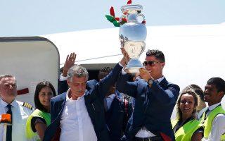 Ο αρχηγός της Εθνικής Πορτογαλίας Κριστιάνο Ρονάλντο μαζί με τον ομοσπονδιακό τεχνικό Φερνάντο Σάντος βγαίνουν από το αεροπλάνο και υψώνουν στον ουρανό της Λισσαβώνας το τρόπαιο του Ευρωπαϊκού Πρωταθλήματος Ποδοσφαίρου. Η Πορτογαλία το βράδυ της Κυριακής υπέταξε, στο Παρίσι, την οικοδέσποινα Γαλλία με 1-0 στην παράταση και έφθασε στην κατάκτηση του Εuro για πρώτη φορά στην ιστορία της. Μία επιτυχία που επιτεύχθηκε με τη σφραγίδα του πρώην τεχνικού της Εθνικής Ελλάδος Φερνάντο Σάντος.