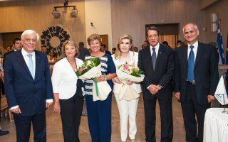 Και η αναμνηστική φωτογραφία μετά τη σεμνή τελετή, με πλατιά χαμόγελα των Προέδρων Δημοκρατίας, των συζύγων τους, Αντρη και Σίσσυ, και των προέδρων της «Ελπίδας» Μαριάννας Βαρδινογιάννη και δρος Λοΐζου Γ. Λοΐζου.