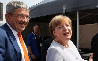 Η Γερμανίδα καγκελάριος Αγκελα Μέρκελ και o Xριστιανοδημοκράτης υποψήφιος στην πόλη Τσινγκστ Λόρεντς Καφίερ.