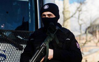 Ανδρας των ειδικών δυνάμεων περιπολεί έξω από τζαμί στην Κωνσταντινούπολη.