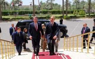 Ο Ιρακινός υπουργός Αμυνας Χαλίντ Ομπέιντι (δεξιά) υποδέχθηκε χθες τον Αμερικανό ομόλογό του Αστον Κάρτερ στο υπουργείο του, στη Βαγδάτη.