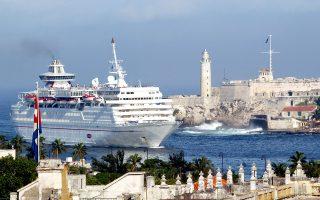 Η μία μετά την άλλη, οι μεγάλες ξένες εταιρείες κρουαζιέρας και επιβατηγού ναυτιλίας βάζουν πλώρη για το λιμάνι της Αβάνας.