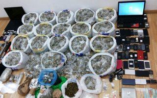 Τα «ευρήματα» των αστυνομικών της Δίωξης Ναρκωτικών, μετά τις εφόδους που πραγματοποίησαν σε 10 διαμερίσματα.