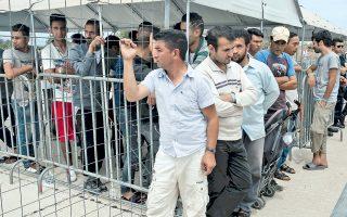 Εξαιρετικά δύσκολη παραμένει η κατάσταση και στο Ελληνικό, όπου, παρά τις υποσχέσεις, ο πληθυσμός προσφύγων και μεταναστών δεν έχει μεταφερθεί σε άλλες δομές.