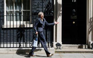 Η Τερέζα Μέι χαιρετά τους δημοσιογράφους μετά τη χθεσινή, αποχαιρετιστήρια συνεδρίαση του υπουργικού συμβουλίου υπό την προεδρία του παραιτηθέντος πρωθυπουργού Ντέιβιντ Κάμερον.