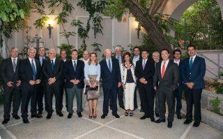 Ο επίτιμος πρόεδρος της Alpha Bank Γ. Κωστόπουλος (κέντρο) με το διοικητικό συμβούλιο του ΣΕΒ. Δεύτερος από αριστερά στην πρώτη σειρά ο πρόεδρος του Συνδέσμου Θ. Φέσσας.