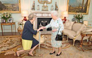 H Μέι υποβάλλει τα σέβη της στη βασίλισσα Ελισάβετ, προτού λάβει εντολή σχηματισμού κυβέρνησης.