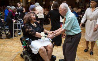Ευτυχισμένοι μοιάζουν οι ένοικοι του εβραϊκού γηροκομείου της Νέας Υόρκης γιατί, σύμφωνα με τους κανόνες του, μπορούν άφοβα να αναζητήσουν τη συντροφικότητα, αλλά και να ζήσουν τον έρωτά τους όταν και αν αυτός προκύψει. Τα γηρατειά, λένε οι ειδικοί, είναι στην πραγματικότητα περίοδος απώλειας: της ακοής, της όρασης, της σωματικής ρώμης. Γιατί θα πρέπει και η συντροφικότητα να θυσιαστεί στον ίδιο βωμό; Πάντως, τα προβλήματα για τους οίκους ευγηρίας που ακολουθούν τέτοιες πολιτικές είναι πολλά, όπως, παραδείγματος χάριν, πότε ο ηλικιωμένος είναι σε θέση να συναινέσει για την ερωτική συνεύρεση.
