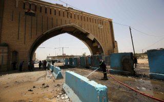 Ιρακινός πυροσβέστης εργάζεται στο σημείο της χθεσινής επίθεσης αυτοκτονίας από το Ισλαμικό Κράτος, βορειοανατολικά της Βαγδάτης.